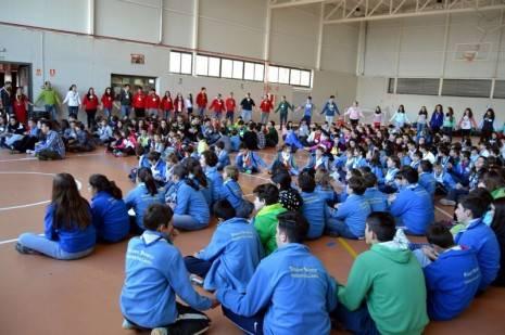herencia scouts cogidos de la mano chicos aa 465x309 - 350 scout diocesanos de Ciudad Real conviveron todo el fin de semana en Herencia