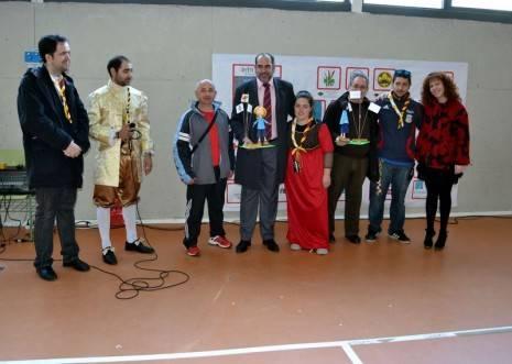 herencia scouts entrega de regalos al alcalde y parroco 465x331 - 350 scout diocesanos de Ciudad Real conviveron todo el fin de semana en Herencia