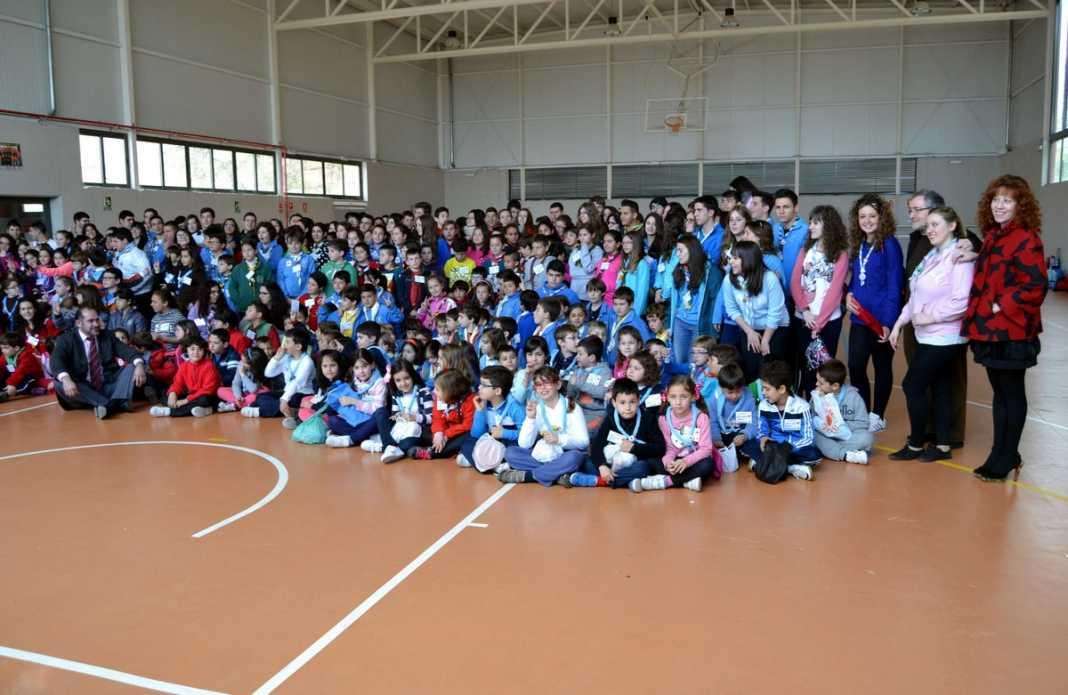 herencia scouts grupo foto familia con autoridades 1068x695 - 350 scout diocesanos de Ciudad Real conviveron todo el fin de semana en Herencia