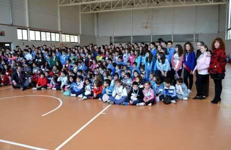 herencia scouts grupo foto familia con autoridades 465x302 - 350 scout diocesanos de Ciudad Real conviveron todo el fin de semana en Herencia