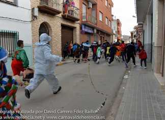 perle persigue a los niños durante un pasacalles del carnaval de Herencia