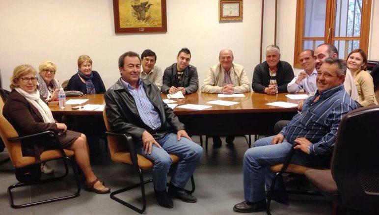 Reunión en Arenas del diputado provincial Jesús Fernández con representantes de Arenas, Las Labores y Puerto Lápice