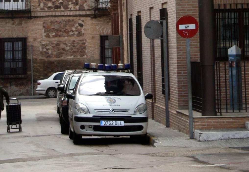 foto coche de policia local herencia ciudad real - CSIF lamenta los ataques vertidos a la Policía Local de Herencia por el dueño de un supermercado local