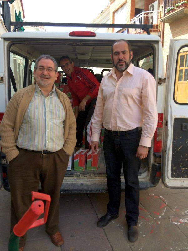 herencia caritas alimentos ayto a alcalde y parroco - El Ayuntamiento de Herencia entrega a Cáritas unos 2.000 kilos de alimentos no perecederos recogidos en la 3ª Feria del Estocaje