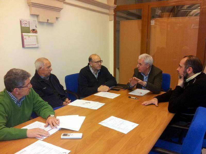 Reunión con las cooperativas del vicepresidente de la Diputación y Alcalde.