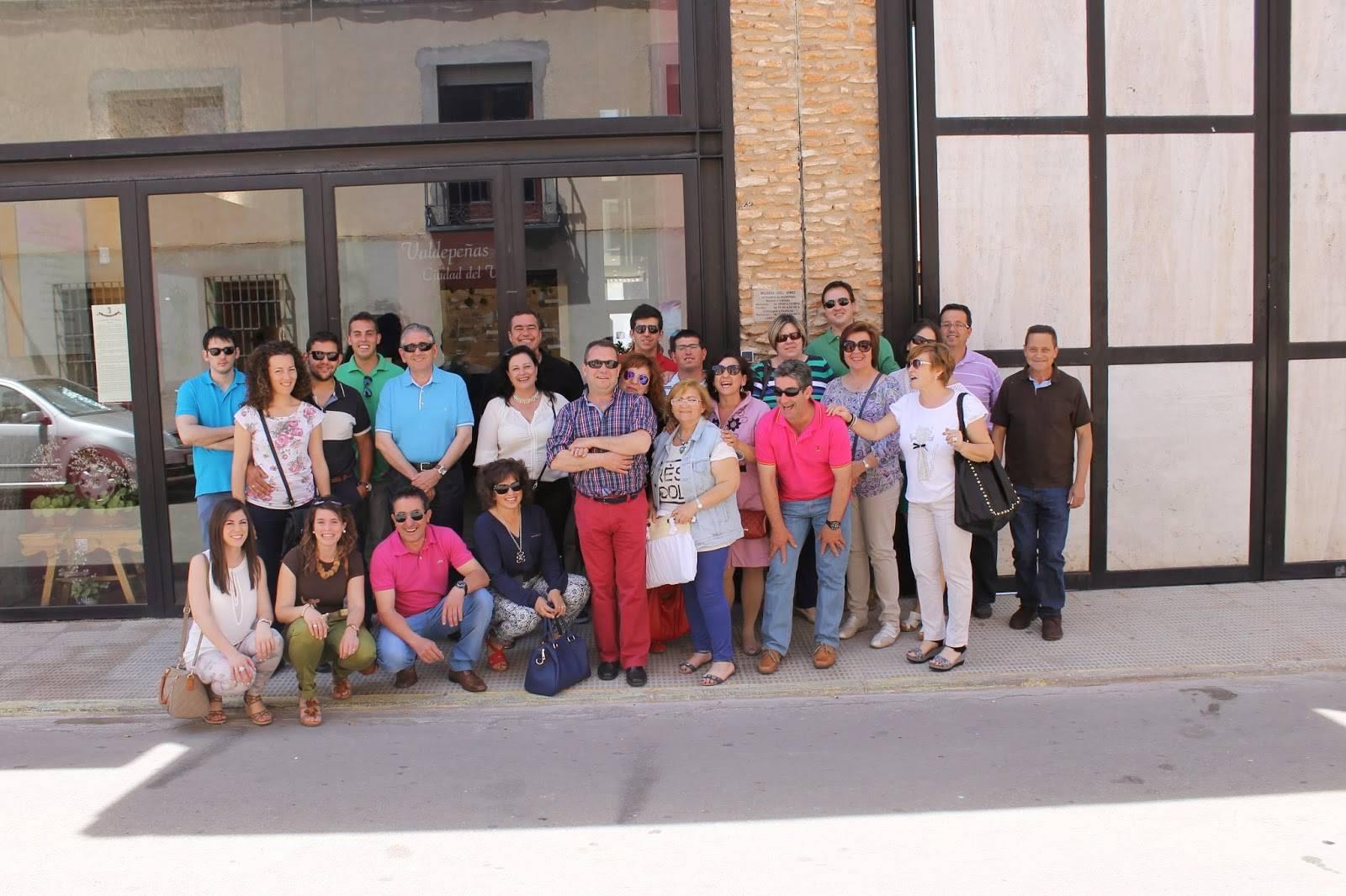 Componentes de la asociación de Amigos del Vino de Herencia durante su visita a una bodega