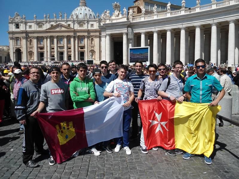 Alumnos del colegio de padres mercedarios en el Vaticano con las banderas de Castilla-La Mancha y Herencia