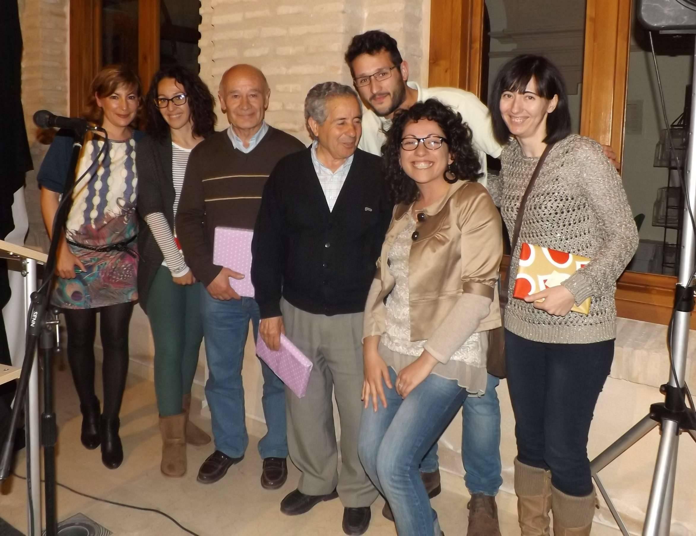 """Alungos de los colaboradores de la gymkhana """"Salvando la Carta Puebla"""" junto a la concejal de cultura de Herencia"""