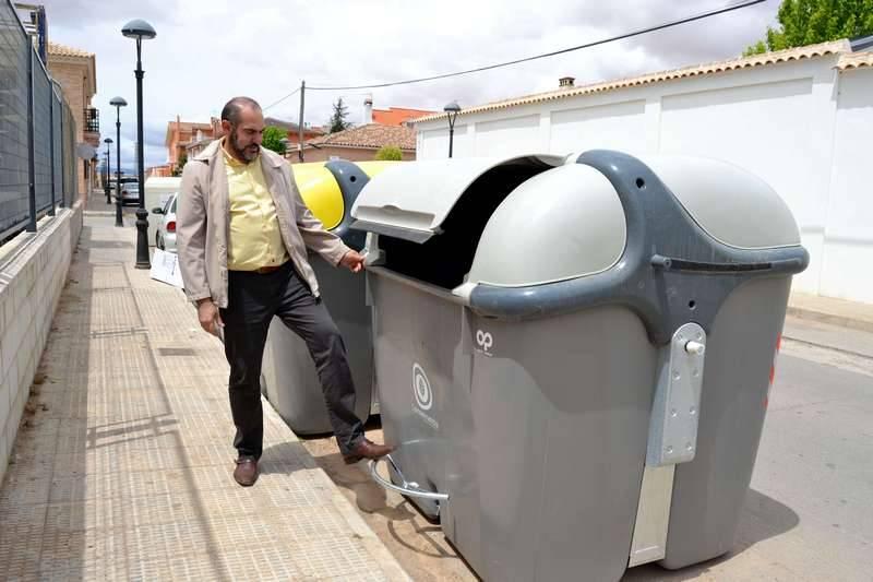 Jesús Fernández junto a los nuevos contenedores de Herencia