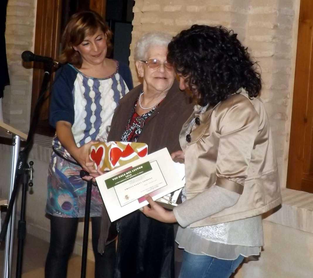 Emilia Garbi recoge su nombramiento como lectora honorífica de la biblioteca de Herencia