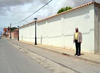 El alcalde Jesús Fernández junto a las obras del colector de la calle Jardines de Herencia