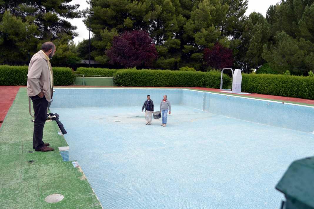 herencia piscina con trabajadores arreglandola 1068x712 - El Ayuntamiento de Herencia contratará a más de 30 personas para la temporada de verano