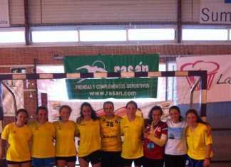 Equipo de balonmano infantil de Pozuelo junto a las jugadoras de Herencia