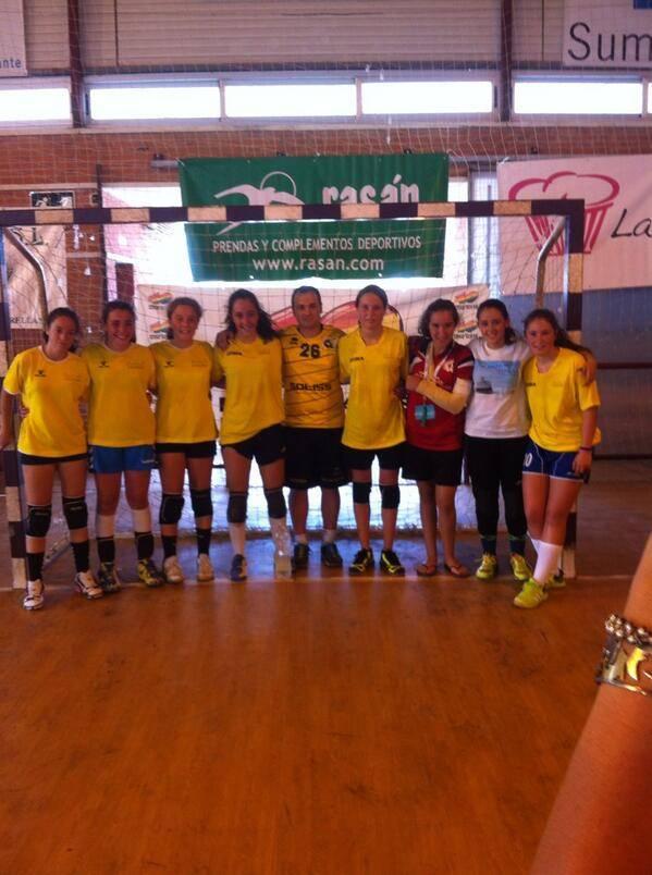 Equipo infantil de balonmano de Pozuelo junto a las jugadoras de Herencia - Gran actuación de dos jugadoras de Herencia en la XXVI Torrellano Cup de balonmano