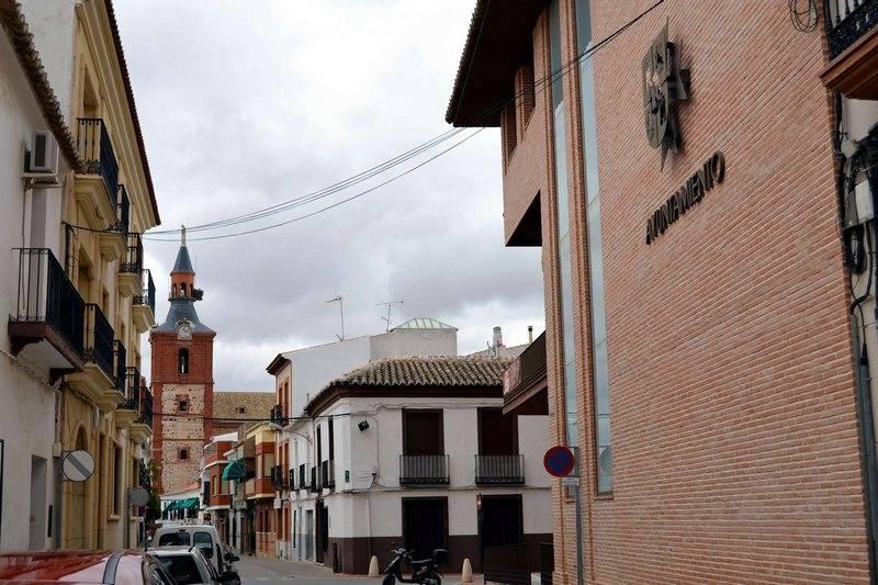 herencia_centro_ayto_e_iglesia_parroquial_al_fondo
