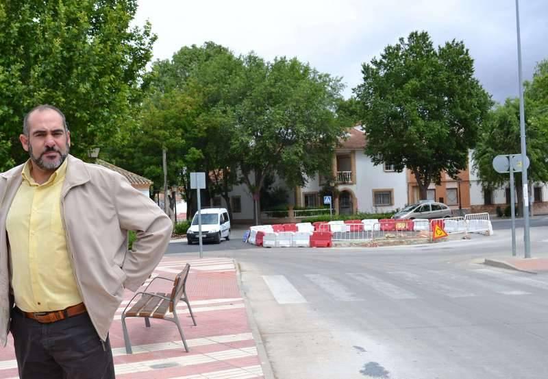 Trabajos en la nueva rotonda que entronca la Ctra. de Alcázar con Avda. José Roselló y el acceso a los colegios de Herencia