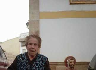 Catalina Rodríguez de Tembleque junto a la réplica de San Bartolomé