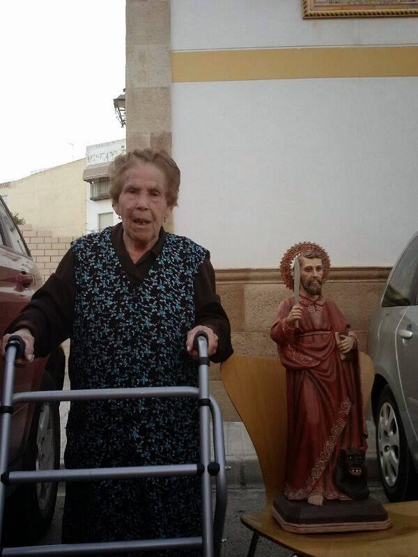 Catalina Rodríguez de Tembleque junto a la réplica de San Bartolomé - Catalina Rodríguez dona una répicla de san Bartolomé a la ermita del Santo