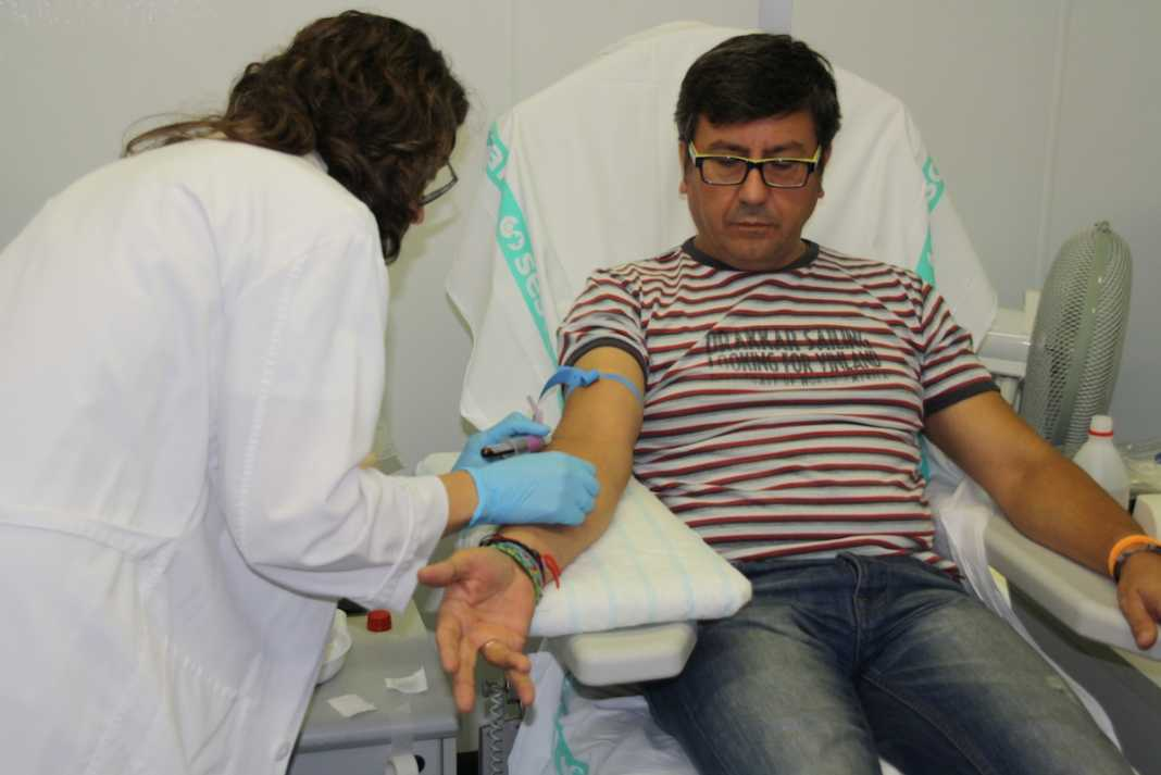 Carlos Montanes donando sangre para médula
