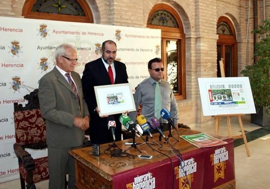 El alcalde de Herencia, en el centro, sostiene el cupón junto a Lorenzo Angel Villahermosa y Antonio Cebollada