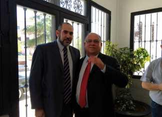 El alcalde de Herencia, Jesús Fernández, durante su reunión con el embajador de Venezuela, Mario Ricardo Isea