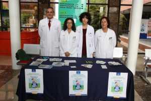 Profesionales sanitarios en la mesa infomativa