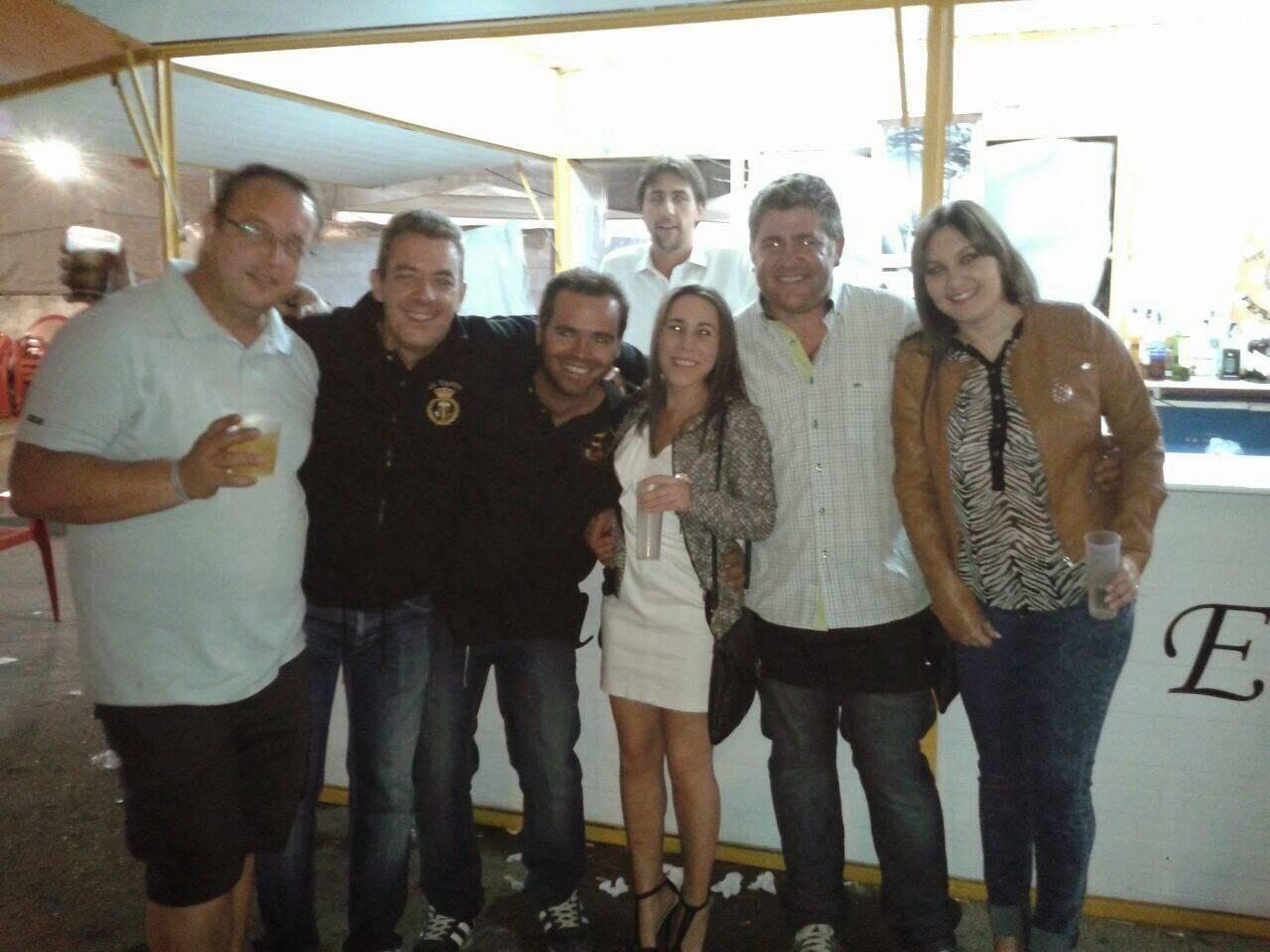 Hermanos del Santo colaborando en la Caseta - La caseta del santo, un éxito en la Feria y Fiestas 2014