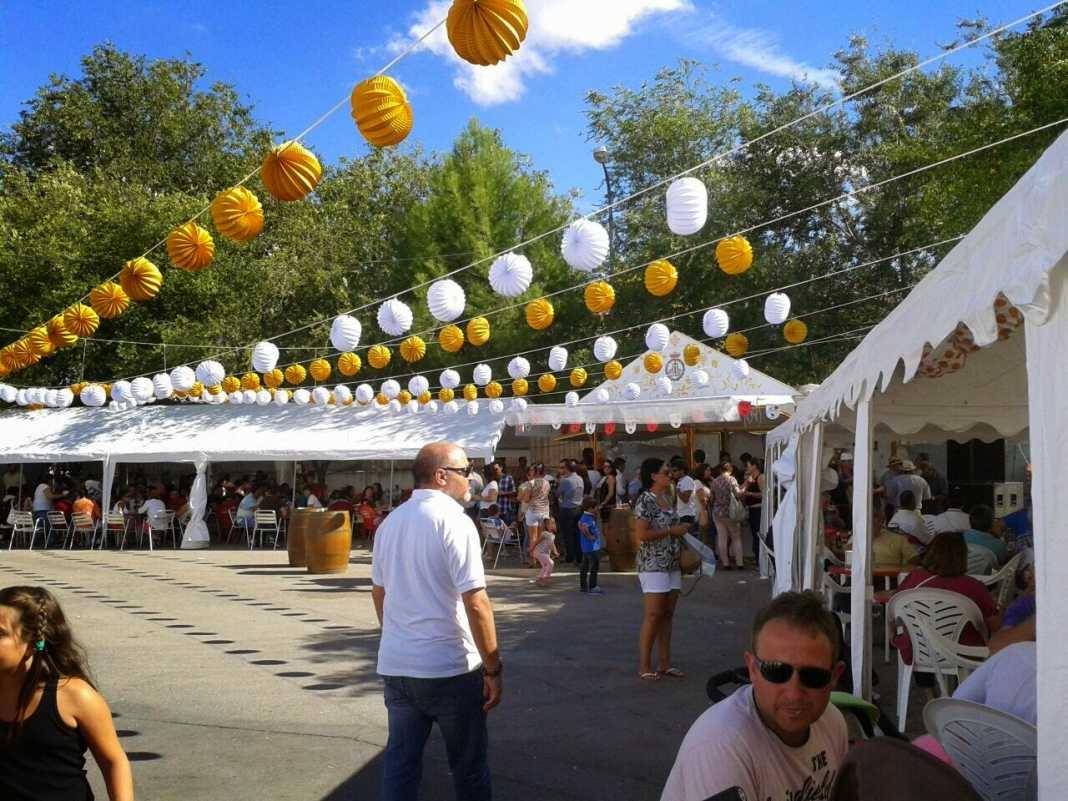 Panoramica de la Caseta del Santo rebosante de vecinos en ambas carpas 1068x801 - La caseta del santo, un éxito en la Feria y Fiestas 2014