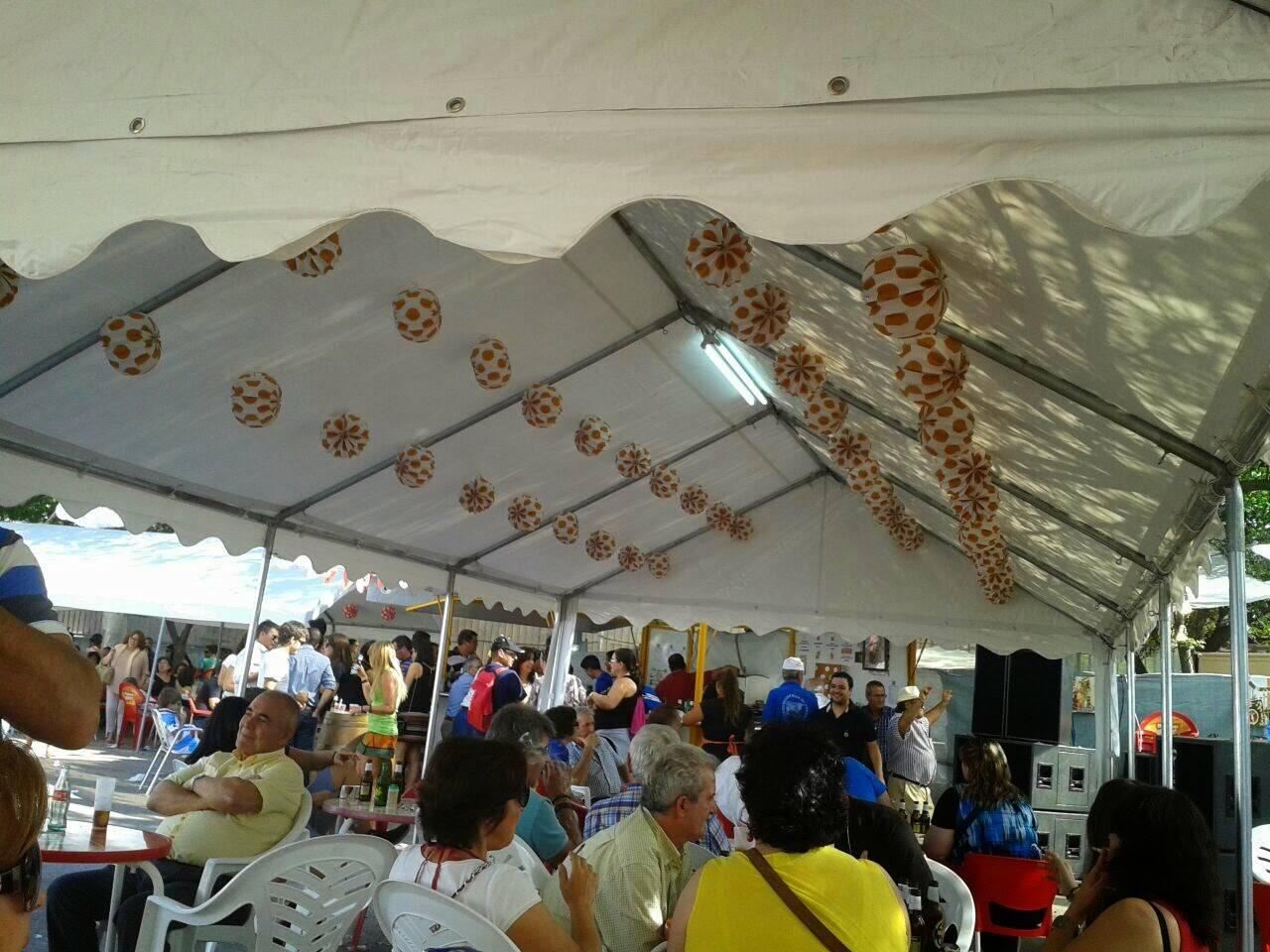 Panoramica de una de las carpas laterales de la Caseta del Santo - La caseta del santo, un éxito en la Feria y Fiestas 2014