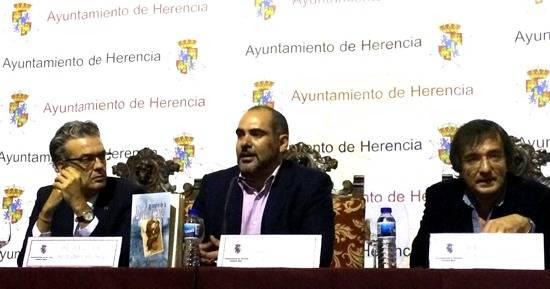 Luis Folgado, de editorial Áltera, el alcalde de Herencia Jesús Fernández y el autor José Ignacio Cordero