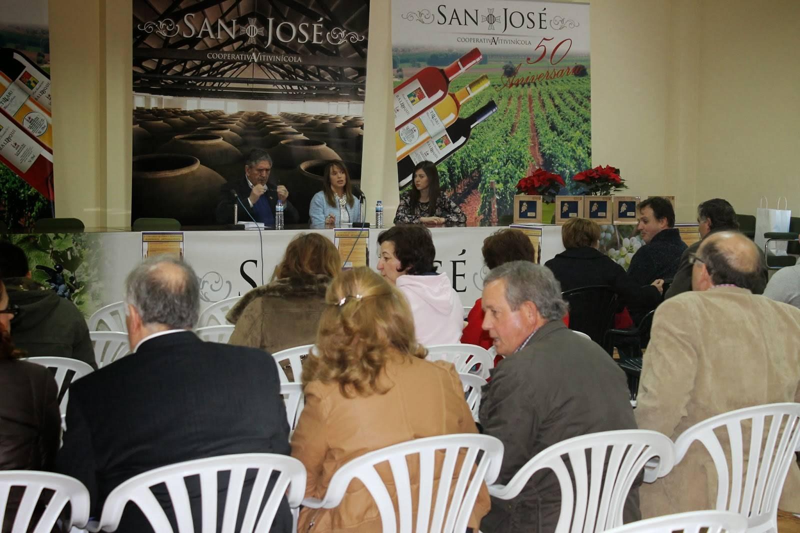 Algunos de los asistentes antes de comenzar el acto - Ganadores del segundo concurso de vinos tradicionales y derivados de Herencia