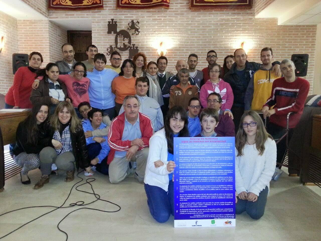 Alumnos del CEIP Carrasco Alcalde junto a usuarios del Centro Ocupacional El Picazuelo - El Ayuntamiento de Herencia y Laborvalía reconocen la labor del CEIP Carrasco Alcalde para la integración de los discapacitados