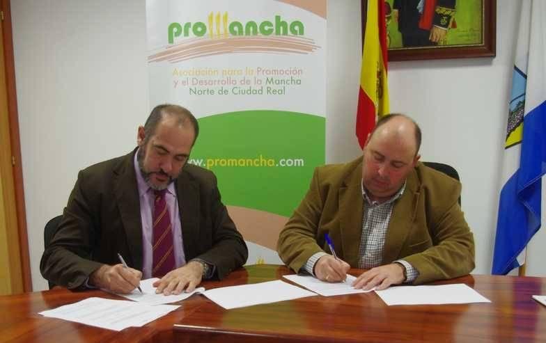 Firma del contrato de ayuda para equipar el Auditorio Municipal de Herencia