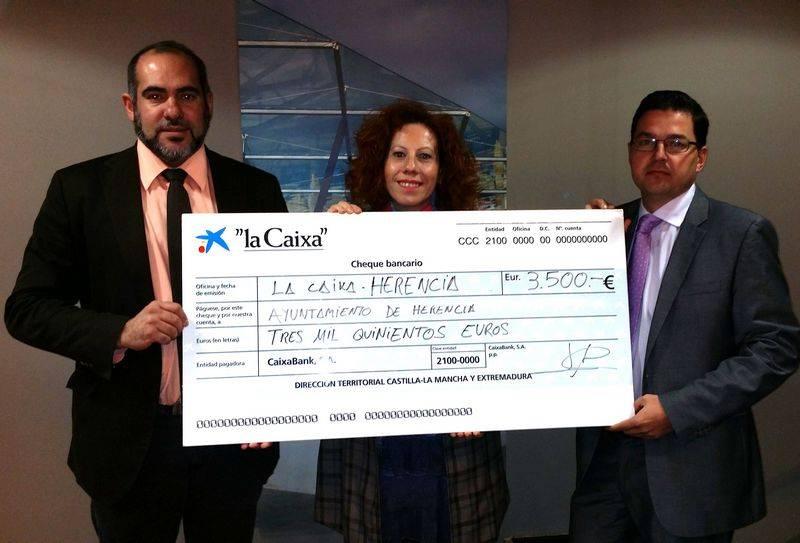 herencia la caixa donacion - La Caixa entrega 3.500 euros para libros de texto y material escolar de familias en Herencia