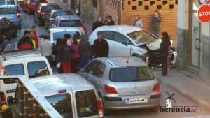 Accidente de coche en Plaza Cervantes y vecinos alrededor