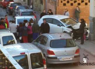 Accidente de coche en Plaza de España y vecinos alrededor