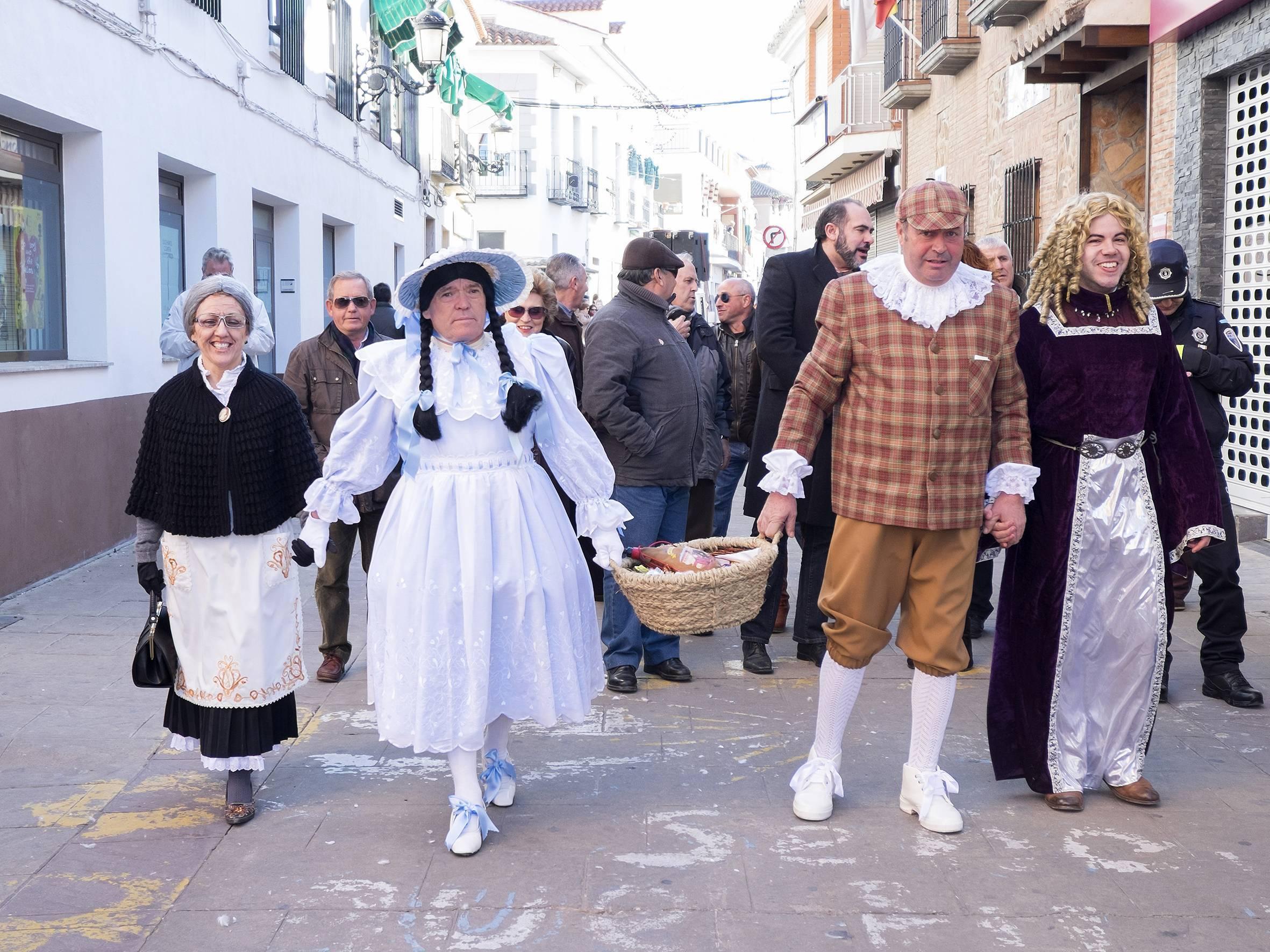 herencia deseosas desfile con concejal y alcalde angel gema - Herencia comenzó su Carnaval 2015 de forma muy participativa con Ansiosos, flashmob y Desfile de las Deseosas