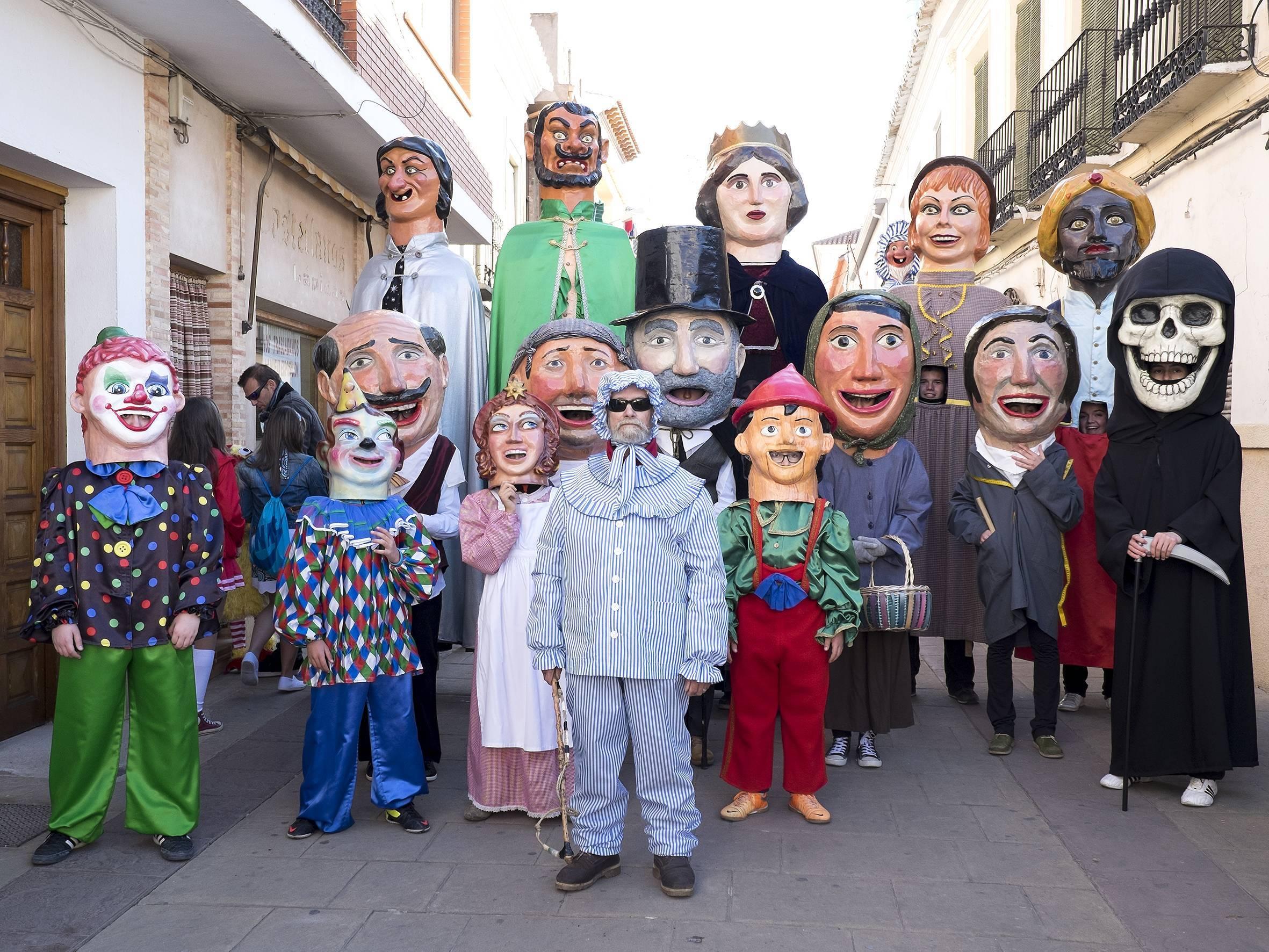 El perlé con gigantes y cabezudos abrieron el primer desfile el Domingo de las Deseosas. Foto: Estudio Angel & Gema