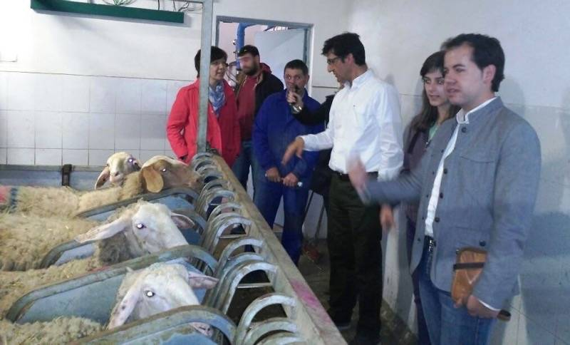 José Manuel Caballero visita una explotación ganadera de Herencia 1