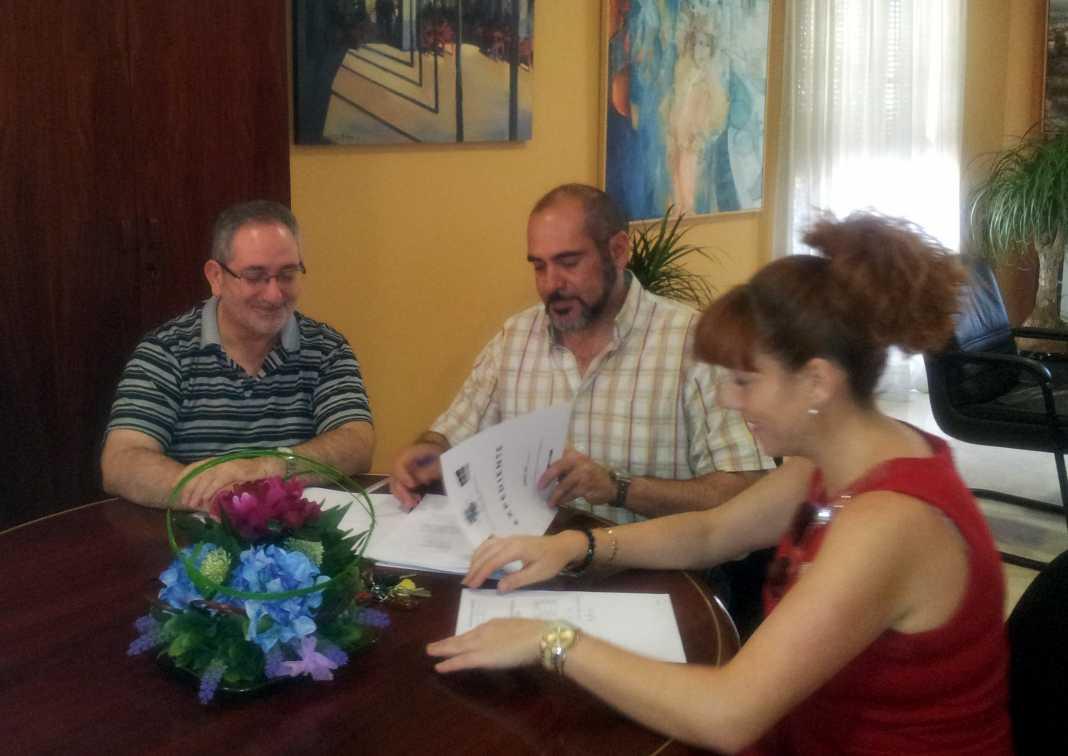 El Ayuntamiento de Herencia renueva su convenio con Cáritas Diocesana para ayudar a familias en situación de emergencia social 1
