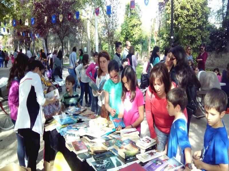 truequelibro 2015 - Éxito de participación en el mercadillo del libro y el truequelibros