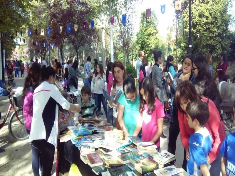 Éxito de participación en el mercadillo del libro y el truequelibros 1