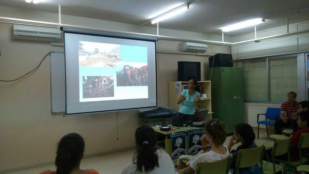 Beatriz Gómez Rico imparte un conferencia sobre Nepal en el IES Hermógenes Rodríguez 1