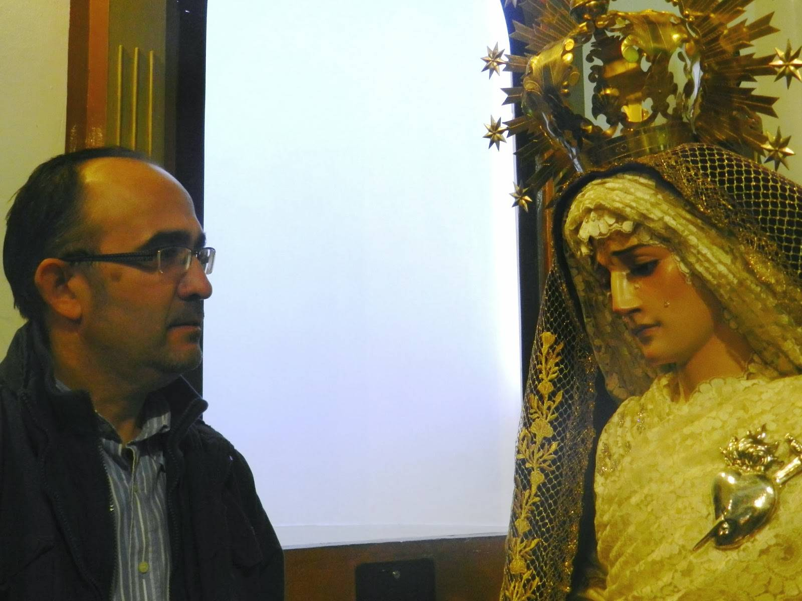 Jesús Fernández-Caballero frente a la Virgen de la Amargura