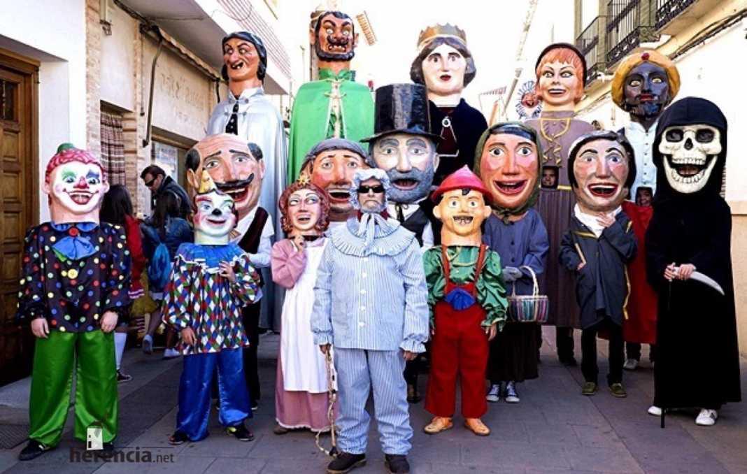 gigantes cabezudos y perle en carnaval de herencia