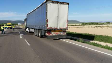 imagencami%C3%B3n1 465x262 - Arde un camión en la circunvalación de Herencia