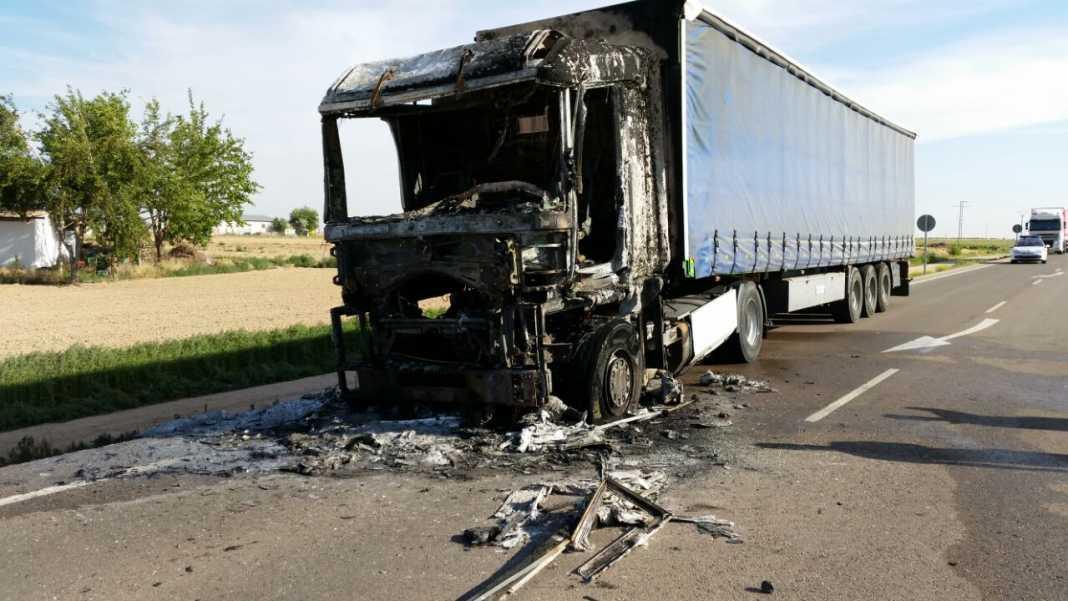 imagencamión2 1068x601 - Arde un camión en la circunvalación de Herencia