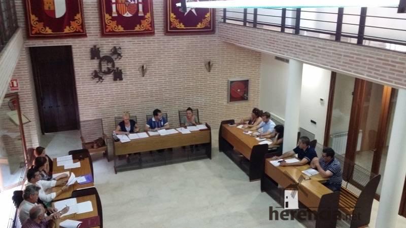 pleno municipal de herencia junio 2015 a - El nuevo gobierno de Herencia se rebaja el sueldo un 21%