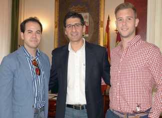 El presidente de la Diputación, José Manuel Caballero (centro) junto al alcalde de Herencia, Sergio García-Navas Corrales (izq) y el concejal José Manuel Jiménez-Tajuelo Lores (dcha)