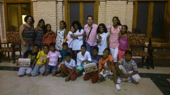 """Sergio García-Navas junto a los niños saharauis que pasarán sus """"Vacaciones en Paz"""" durante el 2015 en Herencia"""
